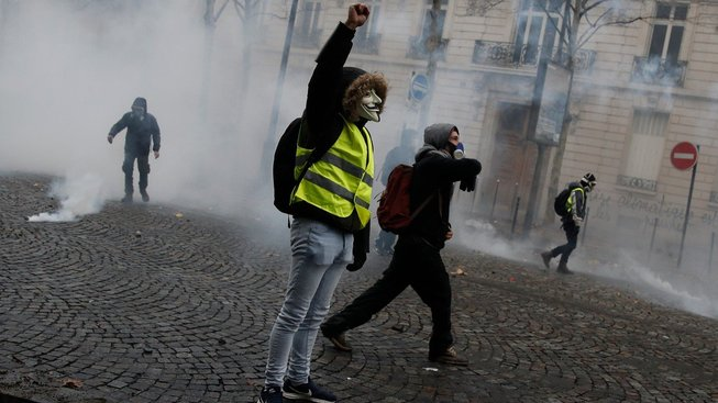 Protesty ve Francii si vyžádaly téměř tisícovku zraněných.