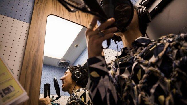 Mladý muž to v karaoke kabince pro jednoho pořádně rozjíždí