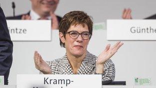 Nová šéfka CDU Anegret Krampová-Karrenbauerová byla zvolena v druhém kole