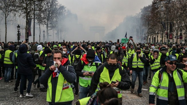 Protestů spojovaných s hnutím takzvaných žlutých vest se dnes po celé Francii účastní na 31 tisíc lidí