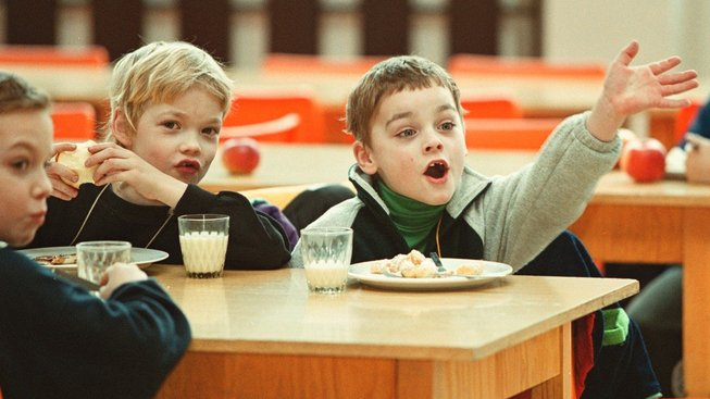 Obědy by měly mít zaručeny všechny děti. O tom není sporu. Má je však stát platit z daní všem?