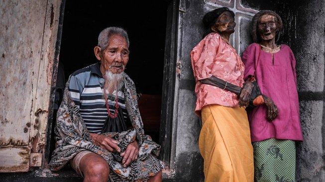 """Smrt je vnímaná Toraji jako součást života, nabalzamované mrtvoly proto s nimi i několik měsíc dál """"žijí"""" v domácnosti, jako by se nic nestalo"""