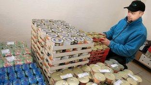 Zaměstnanec potravinové banky v Plzni