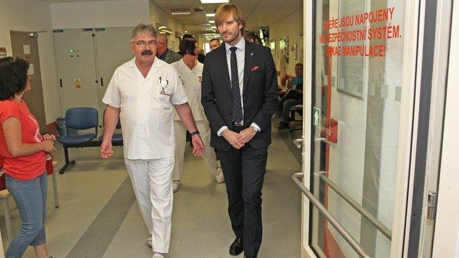 Ministr zdravotnictví Adam Vojtěch během loňské návštěvy ostravské fakultní nemocnice