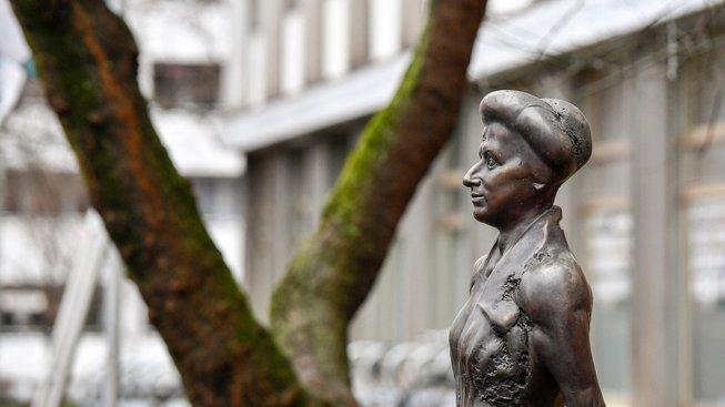 Socha Rosy Luxemburgové v Berlíně