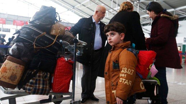 Tato rodina iráckých křesťanů z Česka odcestovala, byť měla přislíben azyl. Jiné migranty, kteří v Česku zůstávají a jejichž vyhlídky na azyl jsou mizivé, chce ministerstvo vnitra přimět k návratu finanční pobídkou