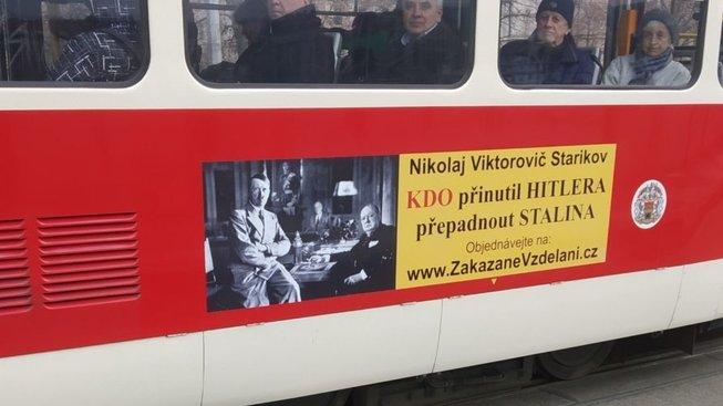 Kniha je propagována na pražských tramvajích