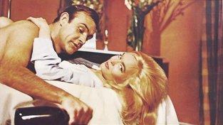 James Bond, vyhlášený milovník, ale také tak trochu alkoholik