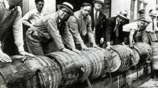Federální agenti ve třicátých letech minulého století vylévají do kanalizace sudy s likérem
