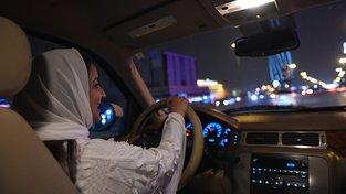 Obyvatelka Saúdské Arábie při své první jízdě nočním Rijádem