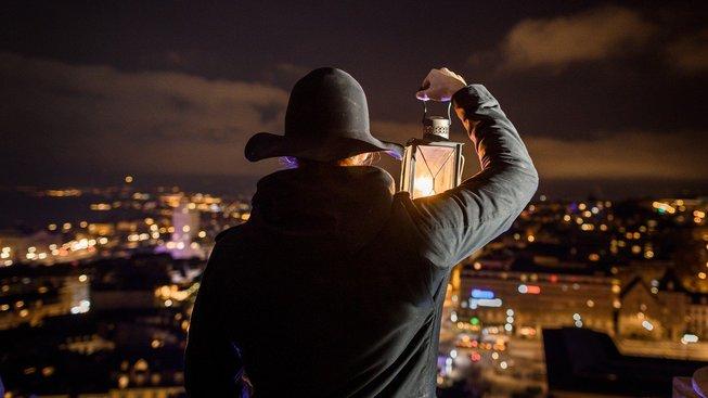 Šest set let staré tradice se švýcarské město Lausanne odmítá vzdát, a tak ponocný i nadále každou noc ohlašuje, kolik je hodin