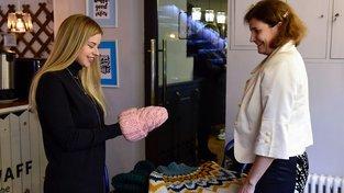 Julija Alijevová s jednou z žen, která v rámci projektu plete