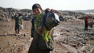 Většina obyvatel dříve bohaté Sýrie žije nyní v bídě, někteří přežívají na odpadcích ze skládek