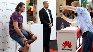 Huawei, Jaromír Jágr a bábovka (připravena v pozadí). Propagační akce čínské firmy v obchodním centru na pražském Chodově před dvěma lety. Idylické časy