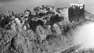 Smutný pohled na rozbombardovaný klášter