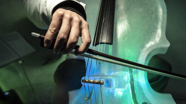 Sochař Tim Linhart vyrábí hudební nástroje z ledu