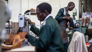 Každý den v továrně vznikne třicítka ručně šitých bot