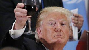 Donald Trump – abstinent, který si občas 'cucne' na společenské akci. Patrně mu ještě nikdo nevysvětlil, že se sklenice s vínem drží za stopku