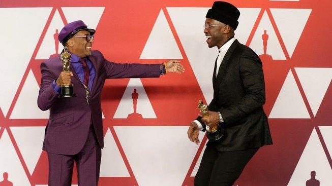 Vítěz kategorie za nejlepší adaptovaný scénář Spike Lee (vlevo) a držitel Oscara za nejlepší výkon ve vedlejší roli Mahersala Ali dali svou radost řádně najevo.