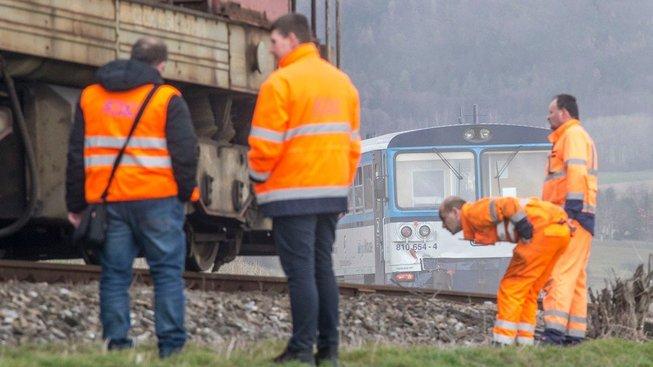 Drážní experti v neděli 4. dubna vyšetřují srážku u Ronova nad Doubravou. Motorový osobní vlak se tam čelně srazil s manipulačním nákladním vlakem. Pět lidí utrpělo zranění