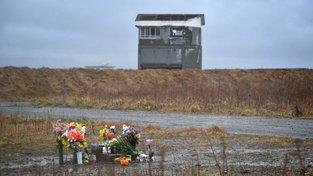 Dělníci z nejbližšího okolí elektrárny vybagrovali radioaktivní zeminu, přesto je radiace stále životu nebezpečná a lidé se nemohou vrátit domů