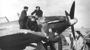 Josef Bryks s leteckou posádkou Hawker Hurricane Mk.II.