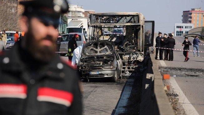 Ohořelá kostra autobusu na předměstí Milána