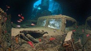 Potopený truck je dle potápěče, který ho zdokumentoval, stále naditý materiálem - včetně zbraní