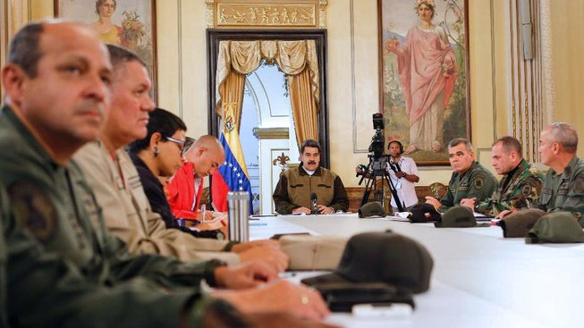 Maduro a zástupci armády na tiskové konferenci