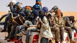 Migranti na poušti v Nigeru nasedají do Toyoty, které je veze na sever