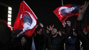 Stoupenci opozice slaví vítězství svého kandidáta v Ankaře - s vlajkami s Atatürkem v ruce