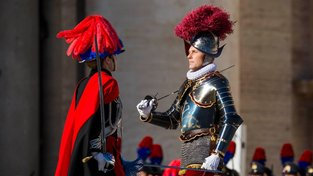 Členové Švýcarské gardy ve Vatikánu při papežově vánočním poselství Urbi et orbi