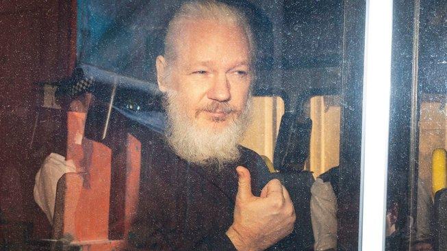 Assange krátce po dnešním zatčení
