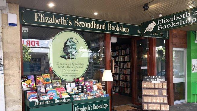Elizabethino knihkupectví nabízí i knihy naslepo - stojan napravo od dveří