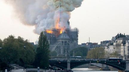Aktualizováno: Katedrálu Notre-Dame pobořil požár, před úplnou zkázou ji zachránili hasiči