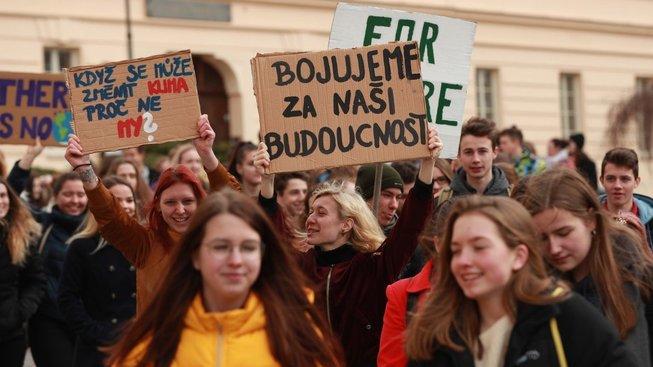 Východiskem iniciativy středoškoláků není apelovat na občany, aby zmenšili svoji uhlíkovou stopu, nýbrž snížit emise oxidu uhličitého skrz systémové změny