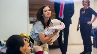 Happening kojících matek v Raiffeisenbank