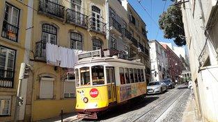 Prudké a stoupající uličky v Alfamě můžete zdolat pěšky nebo žlutou tramvají číslo 28