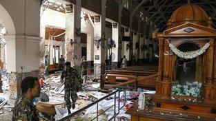 Policisté procházejí mezi těly obětí výbuchu v kostele sv. Antonína na Srí Lance
