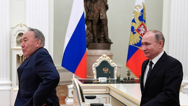 Hledá Vladimir Putin (vpravo) u Nursultana Nazarbajeva inspiraci?