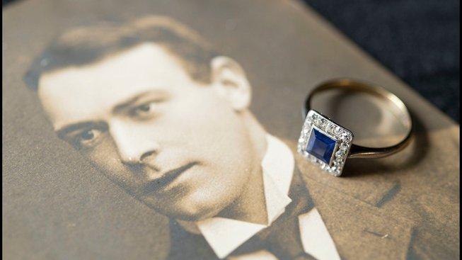 Fotografie konstruktéra Thomase Andrewse a snubní prsten