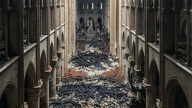 Snímek ukazující zkázu v interiéru katedrály Notre-Dame