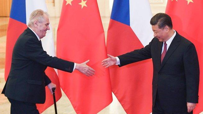 Prezidenti Miloš Zeman a Si Ťin-pching při zahájení dvoustranného setkání v Pekingu. Si oslovuje Zemana 'starý příteli'. Český prezident říká čínskému 'mladý příteli'