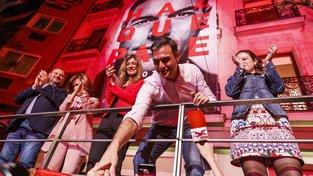 Současný španělský premiér Pedro Sanchéz slaví vítězství socialistů