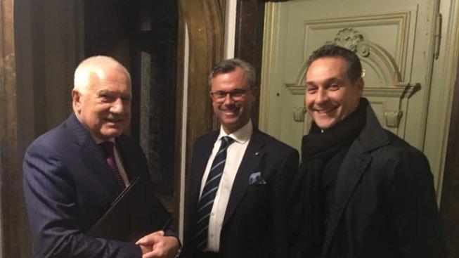 Václav Klaus se špičkami strany Svobodných ve Vídni v roce 2016. Setkání ve Freilassingu na rakousko-bavorských hranicích, kterého se Klaus už podruhé účastní, propojuje rakouské Svobodné a německou AfD