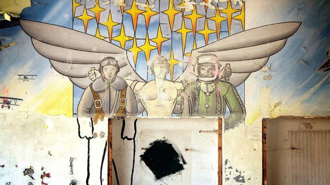 Zbytky výzdoby po sovětských vojácích na letišti v Milovicích