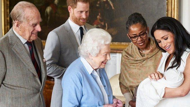 Princ Harry a vévodkyně Meghan spolu s královnou Alžbětou, princem Philipem a Dorií Raglandovou, matkou Meghan, ukazují nového člena královské rodiny – Archie Harrisona
