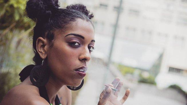 Tanečnice a zpěvačka Kayla Gerberová se stala profesionální expertkou na marihuanu, za kouření a následné hodnocení dostává zaplaceno