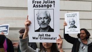Květnová londýnská demonstrace za osvobození Juliana Assange