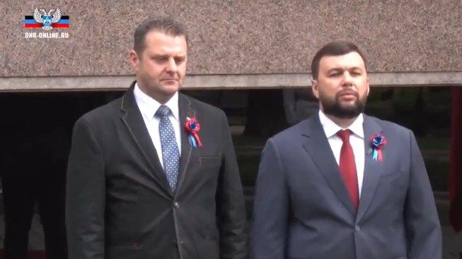 Zdeněk Ondráček a vůdce samozvané Doněcké republiky Denis Pušilin. Povšimněte si stuhy, kterou nosí ukrajinští separatisté, na klopě Ondráčkova saka